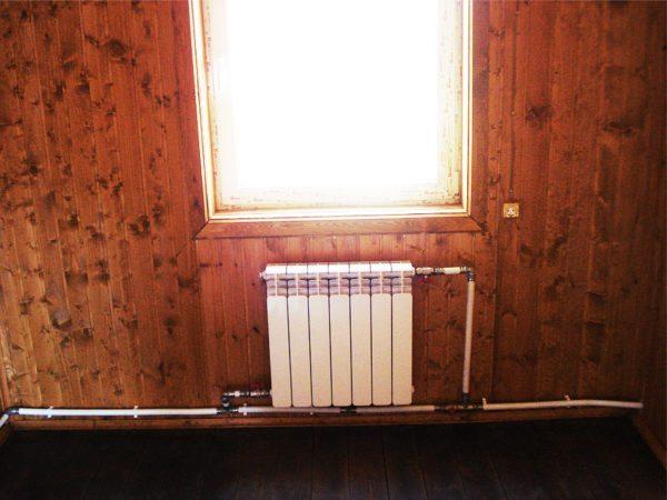 Подключение радиатора параллельно розливу в однотрубной ленинградке. Краны на подводке позволяют уменьшить нагрев батареи, не влияя на работу остальных отопительных приборов.