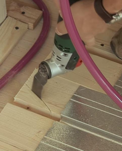 Подрезка углов доски электростамеской.