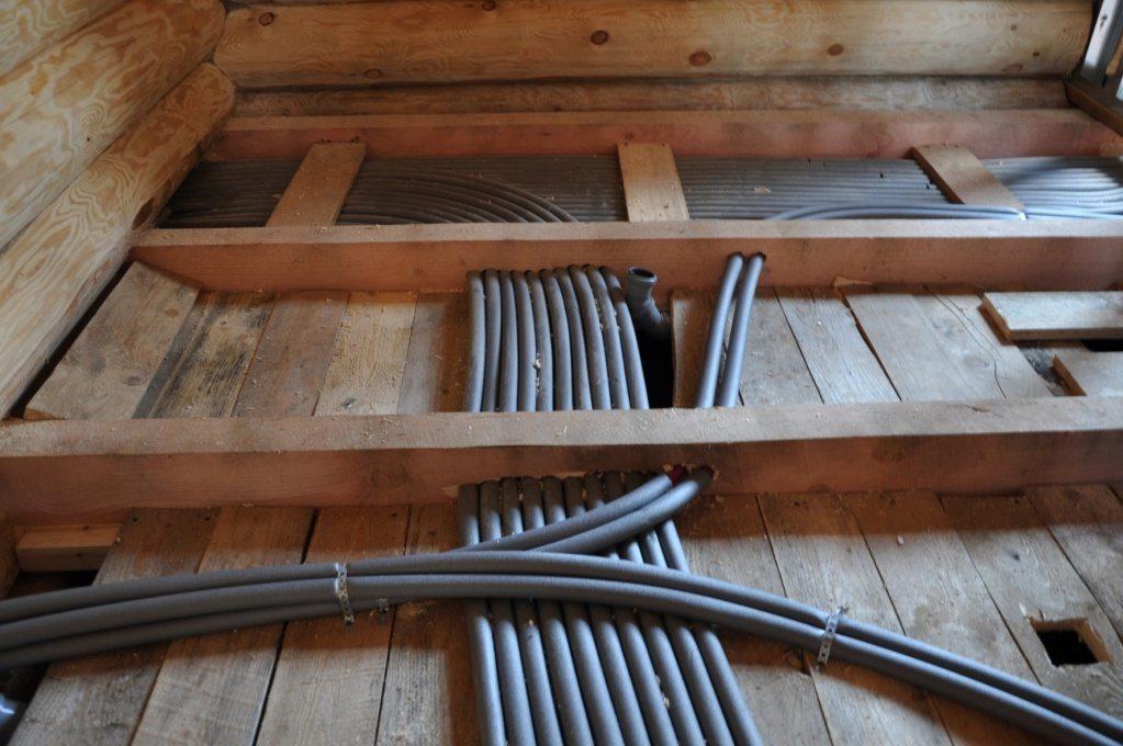Подводки отопительных приборов будут скрыты настеленным по лагам полом.