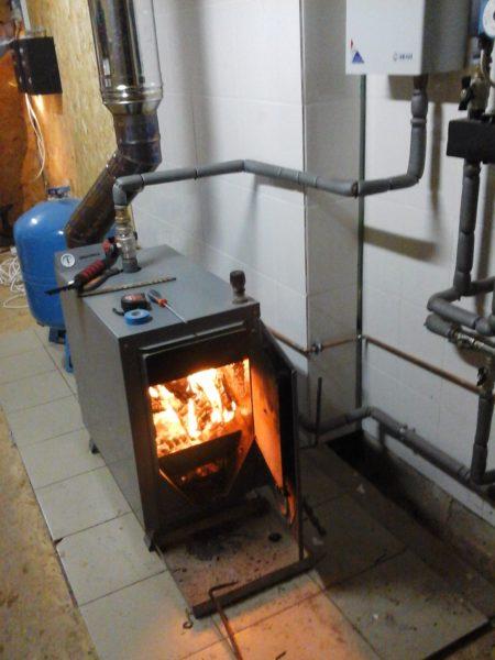 Пол и стена из ориентированно-стружечной плиты защищены от нагрева кафелем.