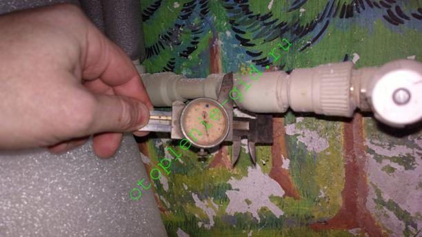 Полипропиленовые трубы маркируются внешним диаметром. На фото для монтажа подводки к радиатору использована труба размером 20 мм.