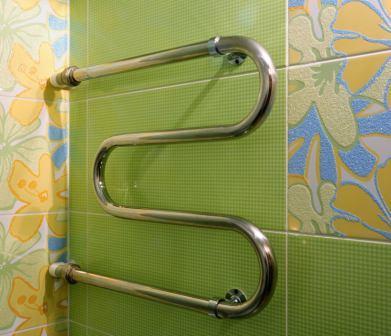 Полотенцесушитель способен прогреть небольшую ванную до комфортной температуры.