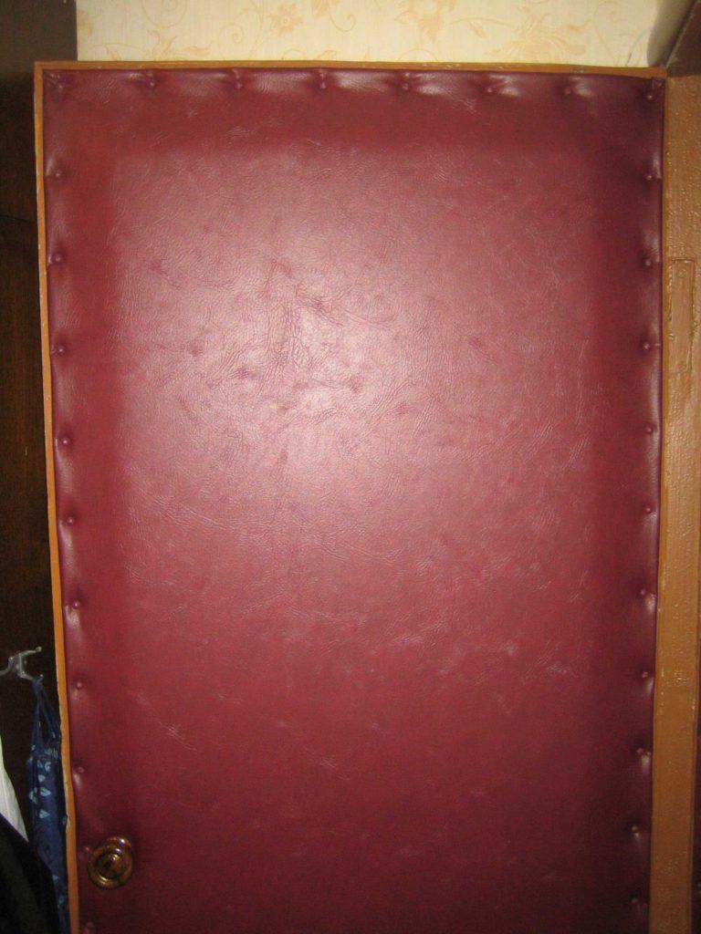 После обивки старая деревянная дверь будет удерживать тепло лучше, чем новая