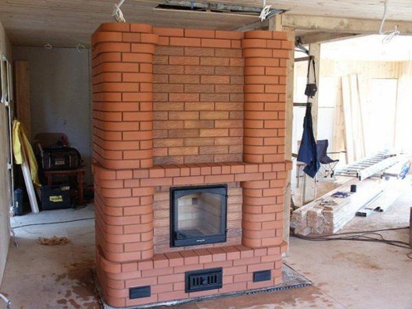 После завершения отделки комнаты отопительная печка с оригинальным дизайном станет украшением интерьера.