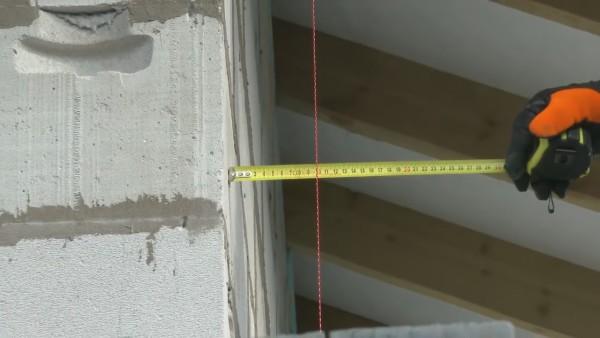 Позиционирование вертикального шнура на ширину плиты