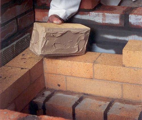 Правильно приготовленный раствор можно намазать на поверхность кирпича.