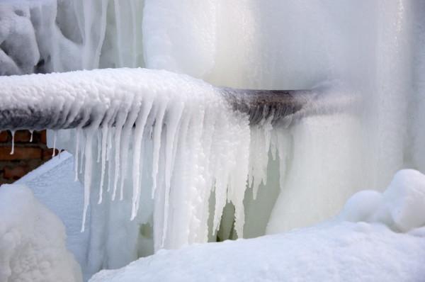 При -30 на улице подъездное отопление замерзает примерно через два часа после остановки контура.