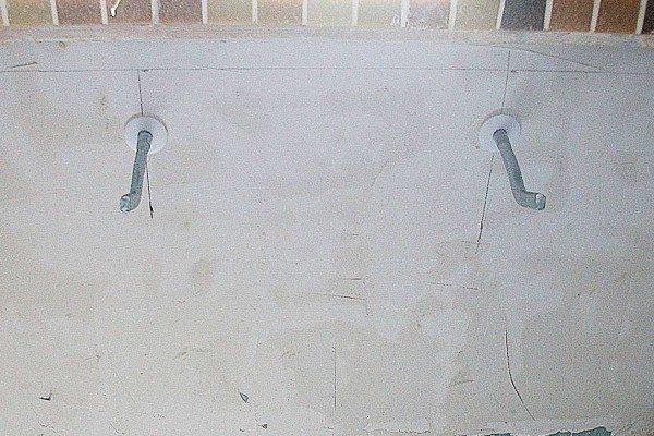При небольшом количестве секций для крепления верхнего коллектора радиатора достаточно всего двух кронштейнов.