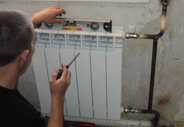 При необходимости подогните кронштейны: радиатор должен стоять строго горизонтально.