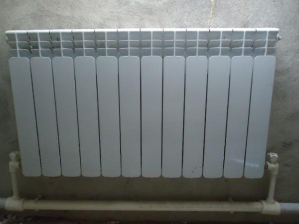 При такой схеме каждый отопительный прибор комплектуется воздушником. При запуске отопления воздух будет вытеснен в радиаторы.