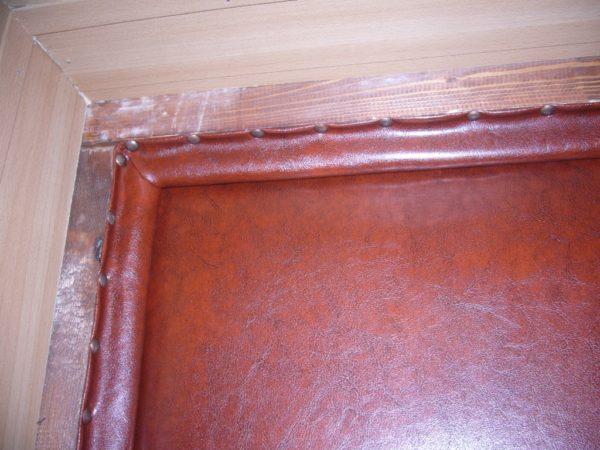 При утеплении очень важно закрыть стыки по периметру дверного полотна