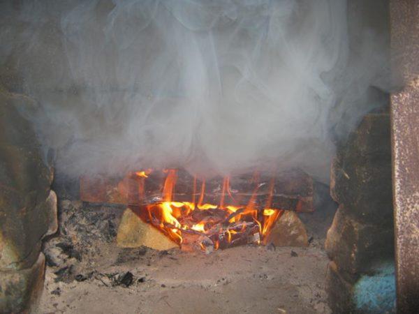 Причины появления продуктов горения в помещении могут быть разные, но большинство из них можно устранить самостоятельно без привлечения мастера
