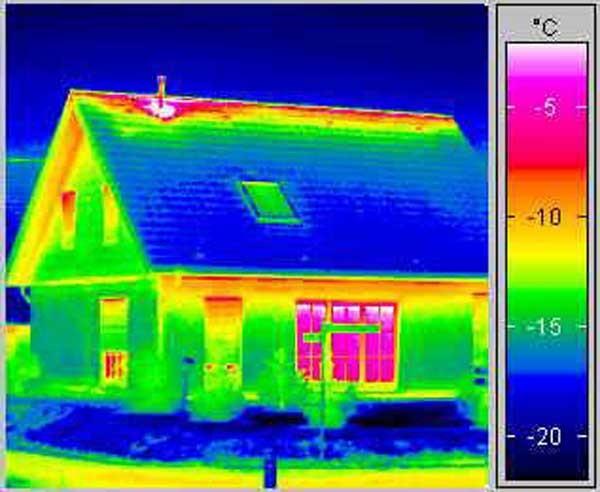 Применение тепловизора позволяет определить теплопотери в деревянной постройке