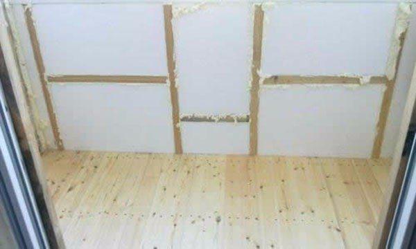 Пример использования деревянного каркаса для утепления стены