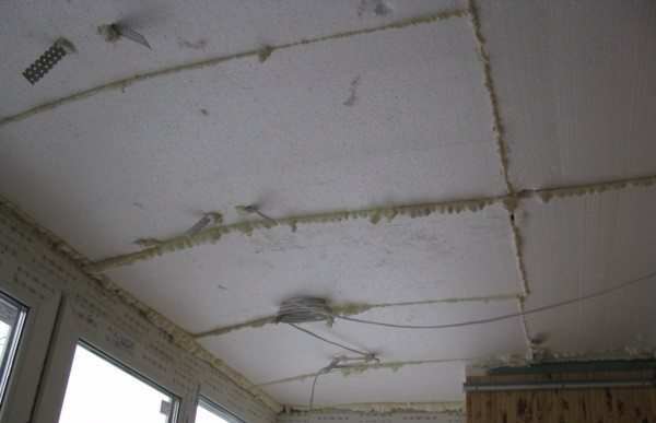 Пример монтажа пенопласта на потолок