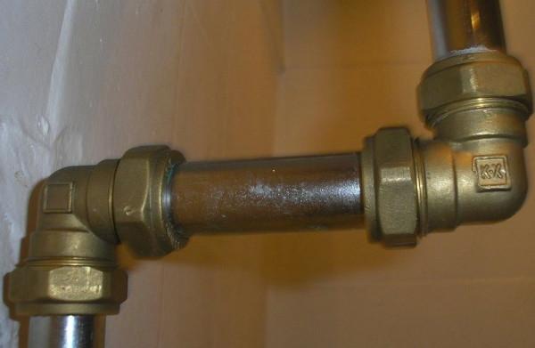 Пример соединения стальных труб латунными фитингами