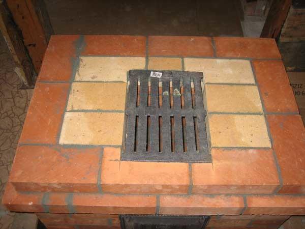 Пример выложенного зольника с огнеупорными кирпичами возле решетки