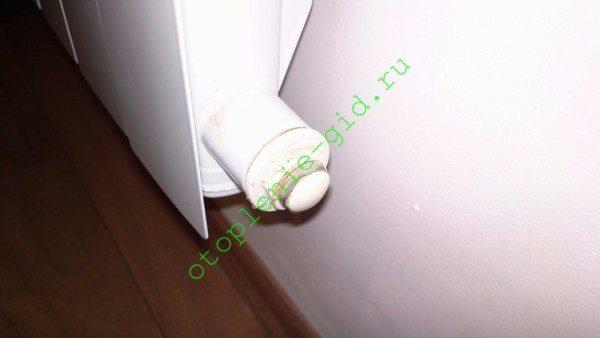 Промывочный кран вкручивается в нижнюю глухую радиаторную пробку вместо заглушки.