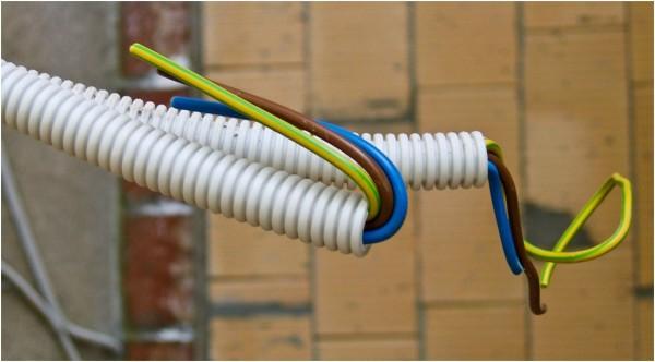 Провода прокладываем только в кабель-каналах