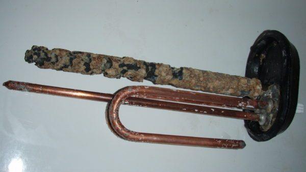 Работа водонагревателя с изношенным анодным стержнем быстро приведет к разрушению стенок водяного бака.