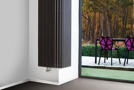 Радиатор красиво «обволакивает» стену