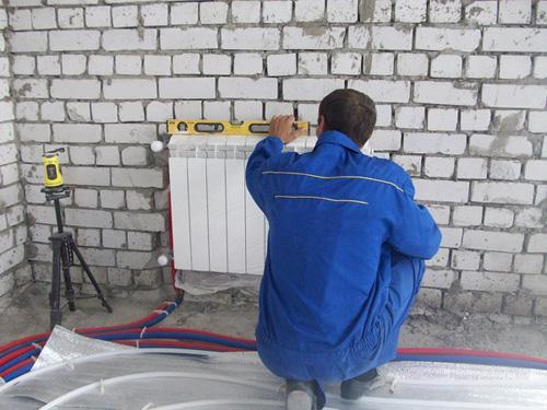 Радиатор крепится в строго горизонтальном положении.