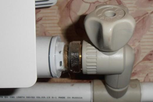 Радиаторный полипропиленовый угловой кран на месте монтажа