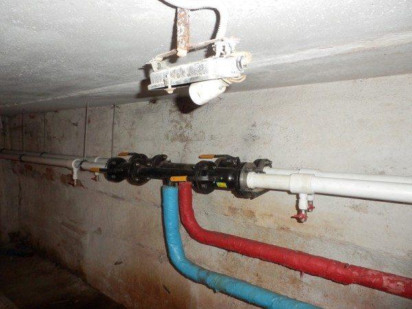 Розливы подачи и обратки в подвале многоквартирного дома.