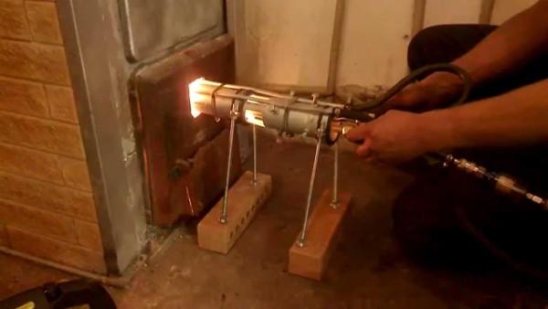 Самое простое решение - покупается масляная горелка для котла и используется в сочетании с обычной печью