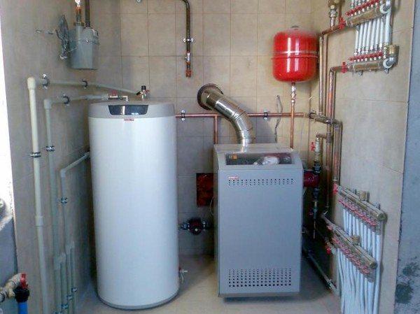 Справа - напольный газовый котел.