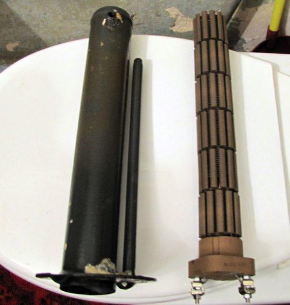 Справа — сухой трубчатый нагреватель, слева — колба для его установки в корпус бойлера.