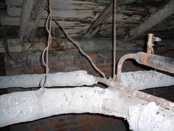 Справа вверху - закрытый расширительный бак с вентилем для сброса воздуха.