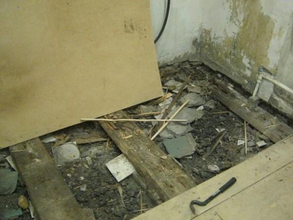Старое напольное покрытие демонтируем