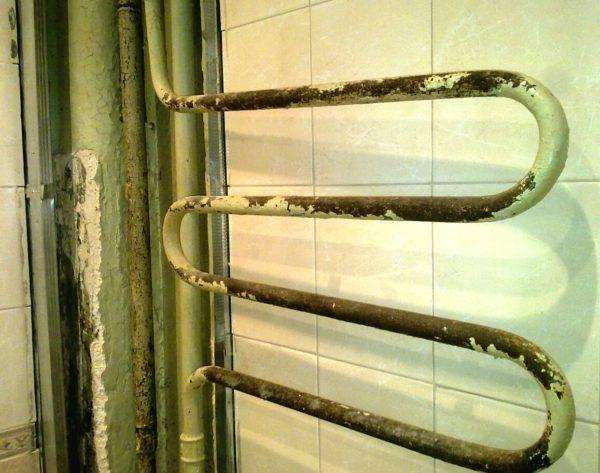 Старую трубу, возможно, придется спиливать -для этого нужна болгарка с диском по металлу