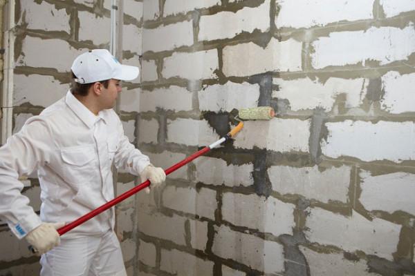 Стену обязательно грунтуют.
