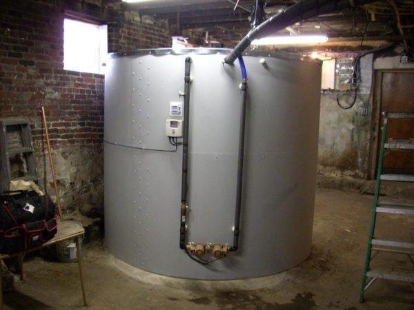Теплоаккумулятор (он же — буферная емкость) в подвале частного дома.