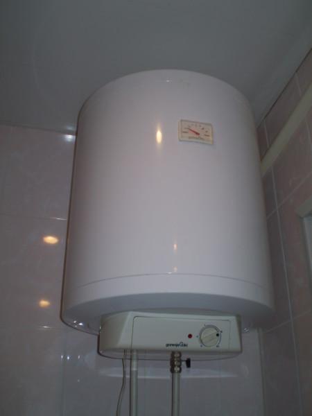 Терморегулятор задает температуру нагрева воды, а термометр позволяет ее контролировать.