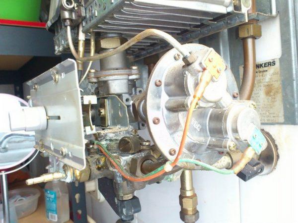 Термостат газовой колонки допускает лишь очень грубую регулировку температуры воды.
