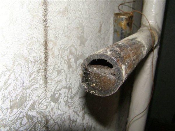 Типичное состояние подводки к радиатору на отоплении после пяти лет работы без промывки.