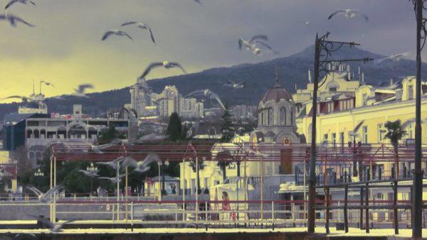 Типичный январский день в Ялте. Мягкий климат обусловлен защищающим город от ветров кольцом гор.