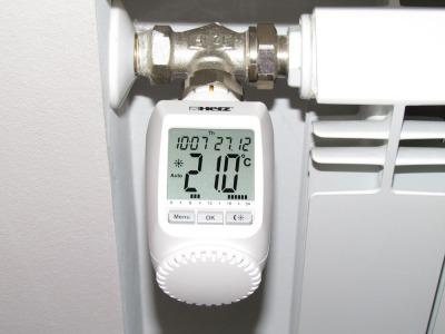 Цифровая термостатическая головка на фото поддерживает в комнате 21 градус. Разумеется, для точной работы ей требуется предварительная калибровка.