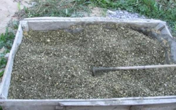 Удобнее всего готовить массу в большой емкости и мешать ее лопатой или мотыгой