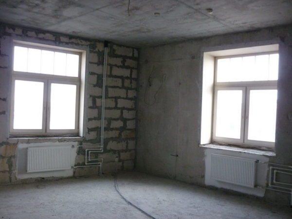 Угловая комната в квартире многоквартирного дома. Увеличенные потери тепла через внешние стены компенсируются установкой второй батареи.