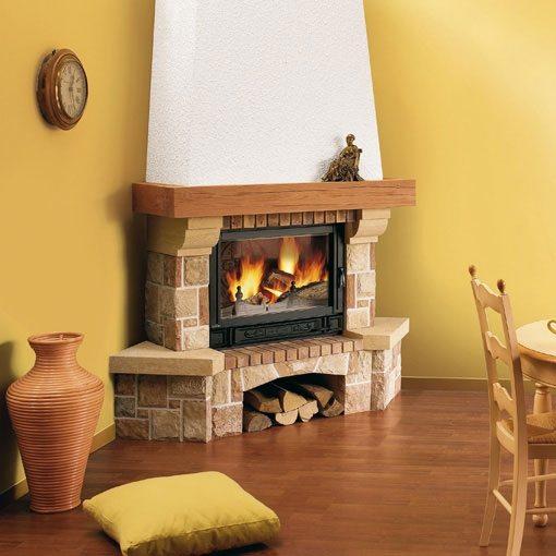 Угловой камин — прекрасный выбор для небольшого дома.