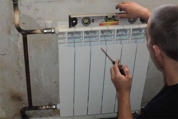 Установка батареи по уровню снижает количество «лакомых» мест, где засоры (тяжелые частицы) смогли оседать