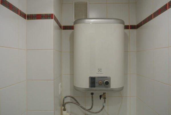 Установка бойлера позволяет навсегда решить проблему отсутствия в доме горячей воды.