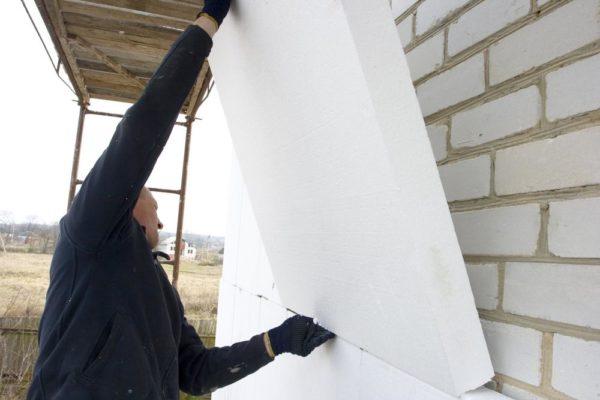 Утепление фасада и установка многокамерных окон может сократить теплопотери в несколько раз.