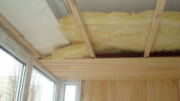 Утепление каркасным способом позволяет обшить балкон вагонкой или другими подобными материалами