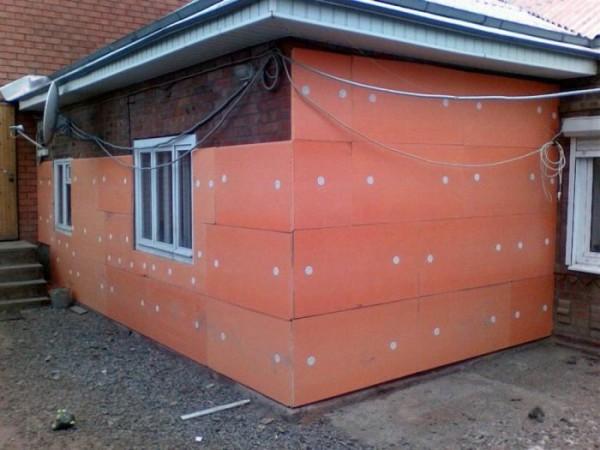 Утепление стен дома ППС позволяет экономить на отоплении.