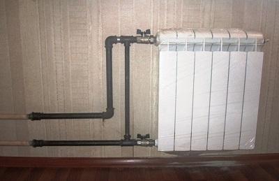 В многоквартирном доме подводки должны соединяться перемычкой до отсекающих кранов. Перемычка обеспечит циркуляцию в стояке при отключенном приборе.